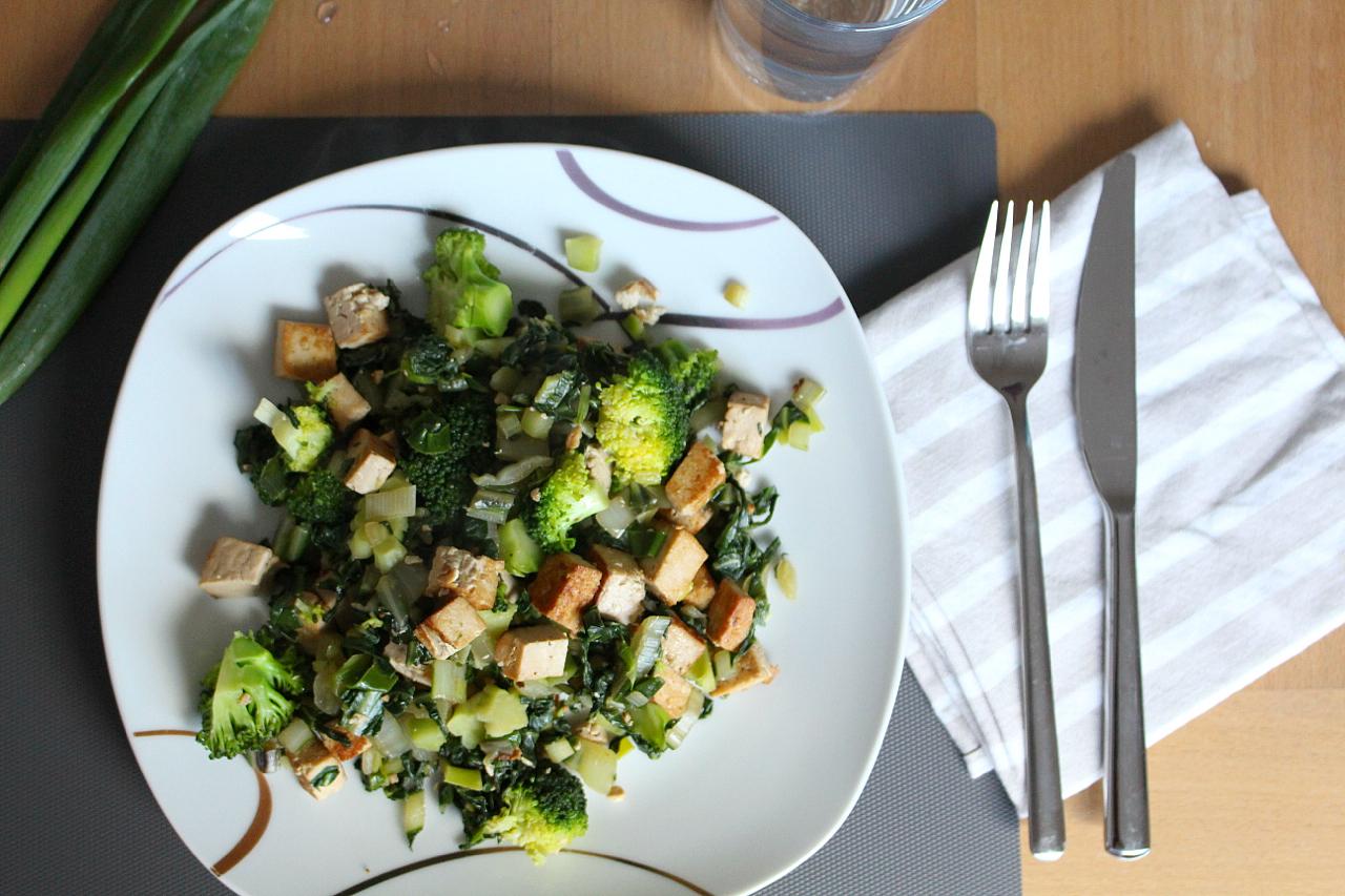 Veganes knuspriges Tofu mit Brokkoli Teller