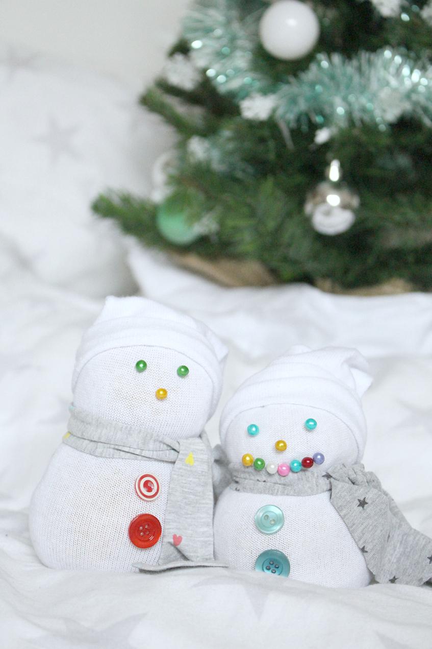 Socken Schneemann Weihnachten DIY Ideen Winter Knöpfe Basteln Kinder